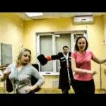 женщины и казак поют песню