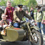 мужчина в военной форме на мотоцикле с коляской