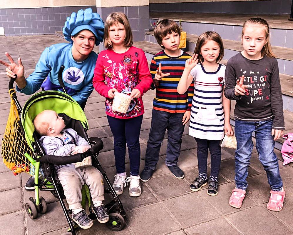 Аниматор  с детской коляской вместе с детьми