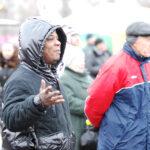 черный мужчина в куртке