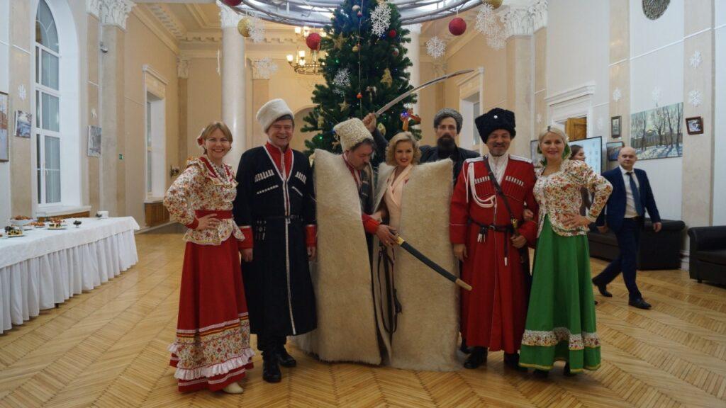 казачий ансамбль у новогодней елки