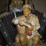 статуэтка солдат с гармонью