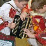 два мальчика рассматривают гармонь
